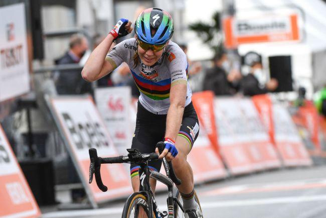 Vitória soberba do arco-íris van der Breggen!