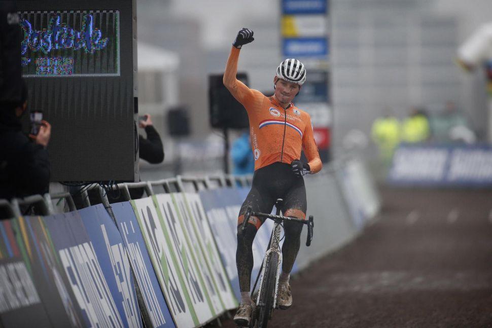 Mundiais CX: Van der Poel revalida título! Van Aert azarado faz segundo.