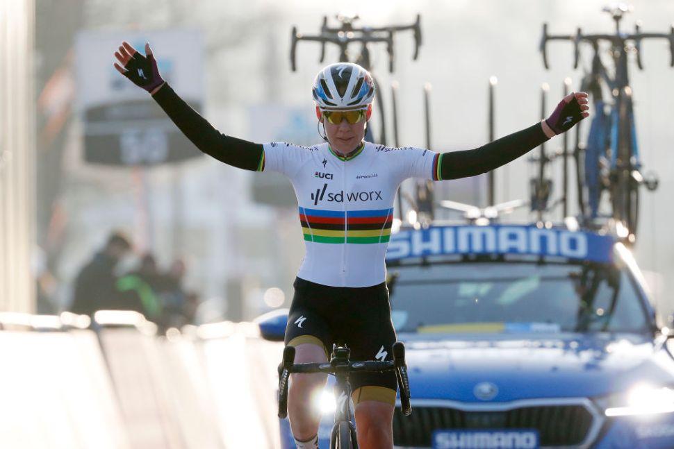 Arco-Íris de Breggen brilha bem alto e conquista Omloop Het Nieuwsblad!