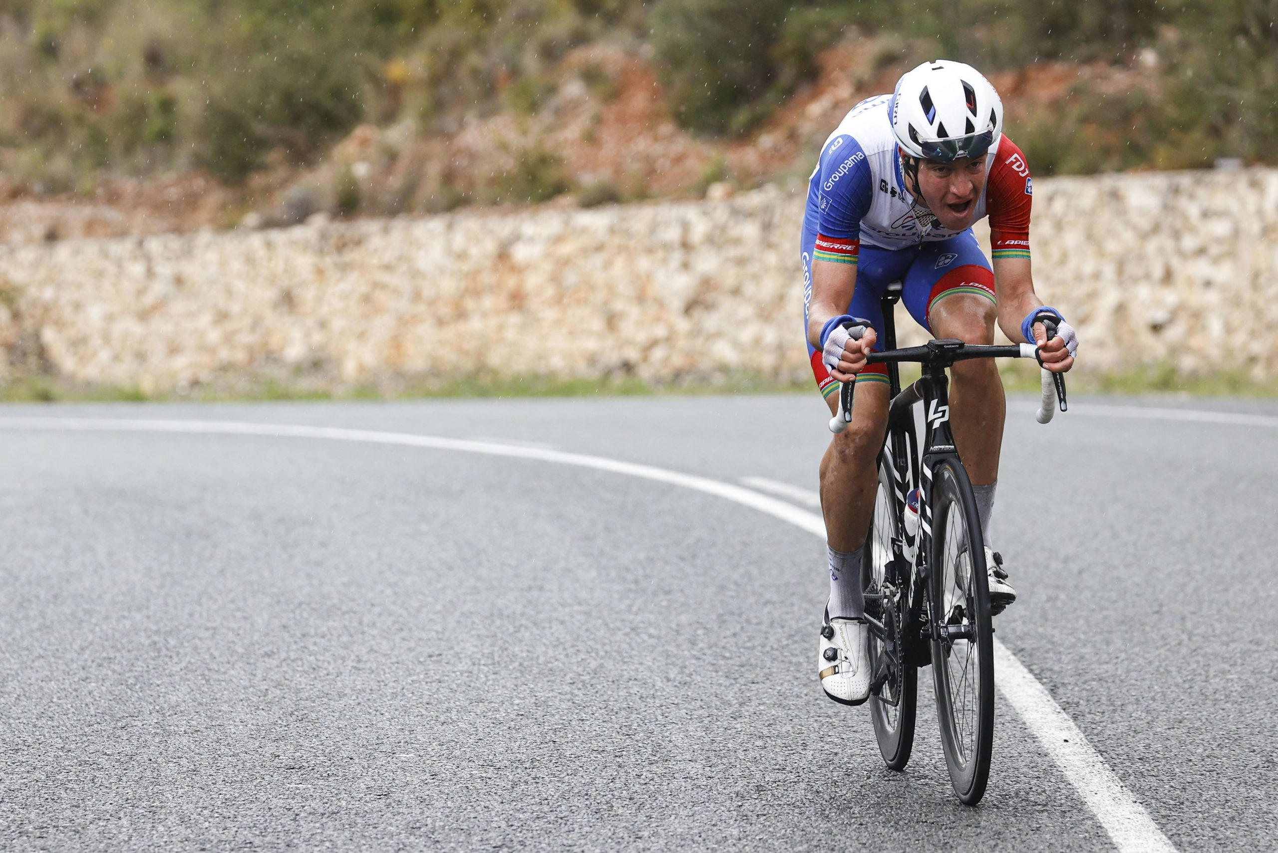 Miles Scotson ataca, cai e ainda vence etapa da Comunitat Valenciana!