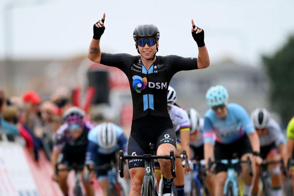 Lorena Wiebes bisa na Women's Tour! Demi Vollering segue líder!